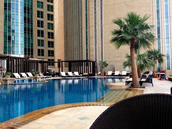 Sofitel Abu Dhabi Corniche: la piscine trop souvent à l'ombre du fait de son emplacement entre des tours