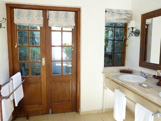 Jatinga Country Lodge: douche extérieure
