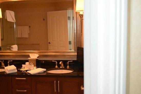Signature at MGM Grand : Bathroom counter top