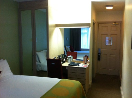 Sandymount Hotel: Room entrance, wardrobe and desk with kettle and several teas to choose from