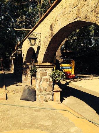 Agradables patios y jardines picture of refugio del - Jardines y patios ...