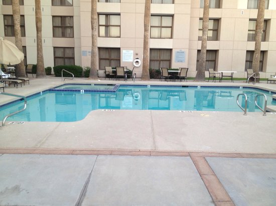Radisson Hotel Phoenix / Chandler : Pool and hot tub