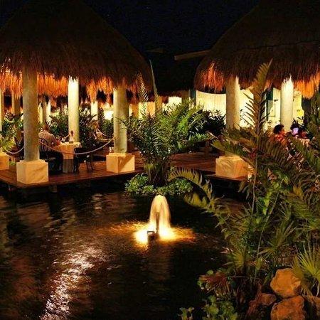 Grand Palladium Colonial Resort & Spa: Outdoor tables at Sumptori