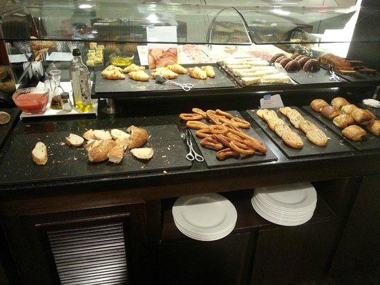 NH Sants Barcelona : buffet desayuno distintos panes, bollería