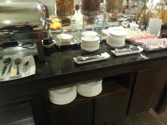 NH Sants Barcelona : buffet desayuno cereales, mermeladas, y lo metálico de la izquierda tenía huevos&bacon