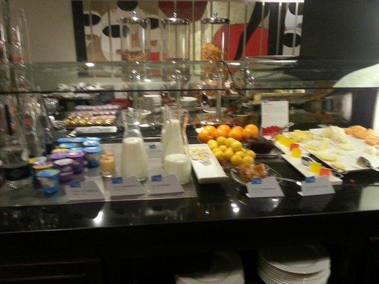 NH Sants Barcelona : buffet desayuno yogures, fruta, leche, gelatinas