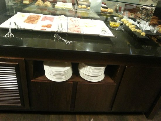 NH Sants Barcelona: buffet desayuno embutidos