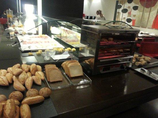 NH Sants Barcelona: buffet desayuno distintos tipos de panes y tostadora