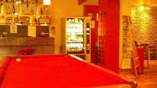 Andes Hostel: sala de jogos com mesa de sinuca