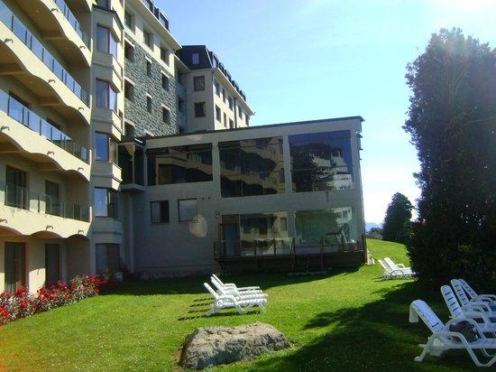 Alma del Lago Suites & Spa: Vista del hotel desde la playa privada