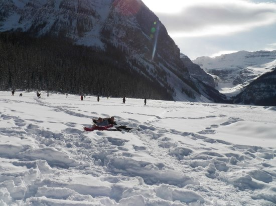 Lac Louise (Lake Louise) : laying done in the lake