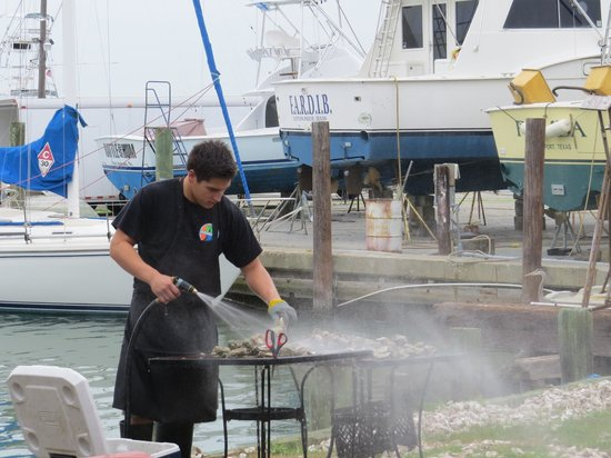 Moondog Seaside Eatery: Cleaning oysters
