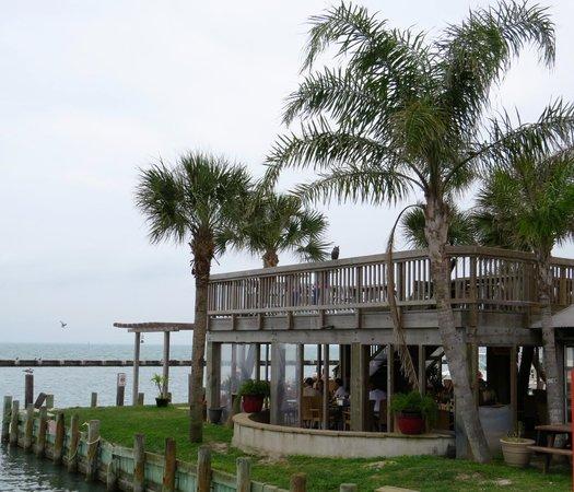 Moondog Seaside Eatery: On the shore