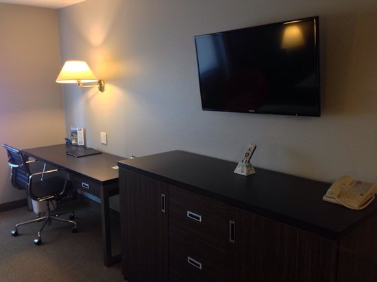 Best Western Inn At The Meadows : Desk and dresser