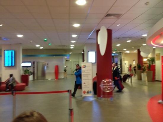 Ibis Paris CDG Airport: Lobby y pantalla de vuelos!!