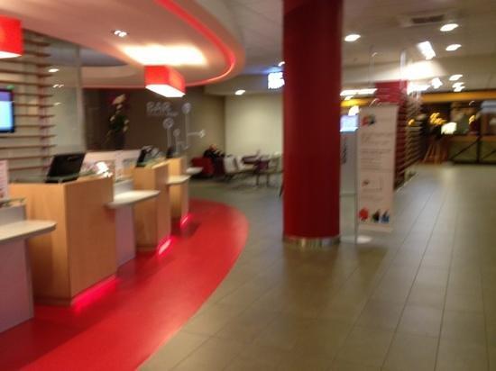 Ibis Paris CDG Airport: Lobby y Bar a la izquierda!!