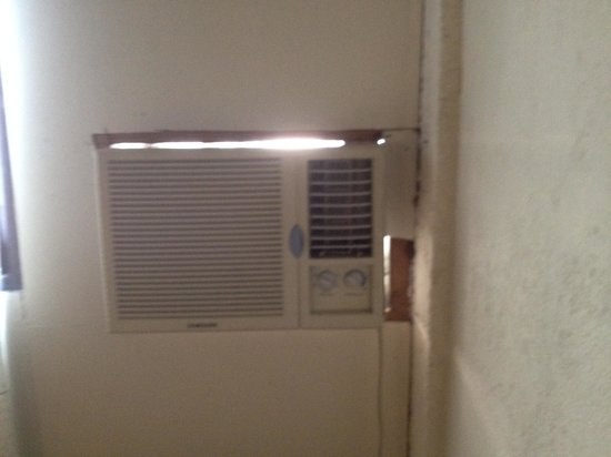 Hotel El Maltese: Gaps at the Air Conditioning Unit