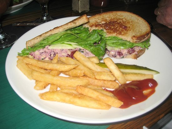 The Dan'l Webster Inn Restaurant: LunchSpecial ChickSaladw/CranberrysWalnutsSlicedApplesonWheatBread