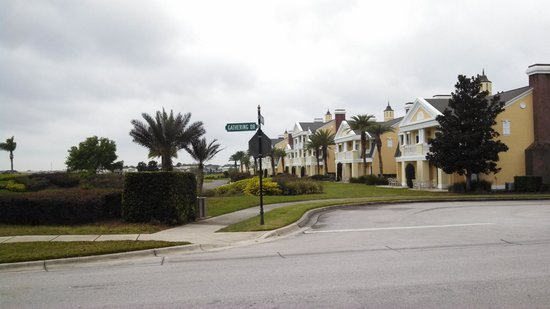 Reunion Resort of Orlando : Grounds near the villa.