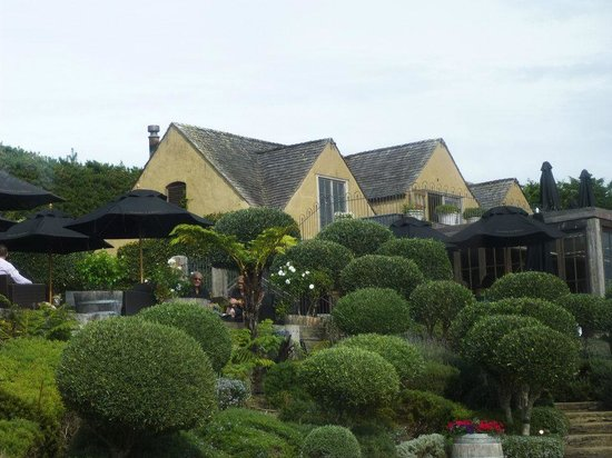 Fullers - Wine on Waiheke Tour : mudbrick vineyard