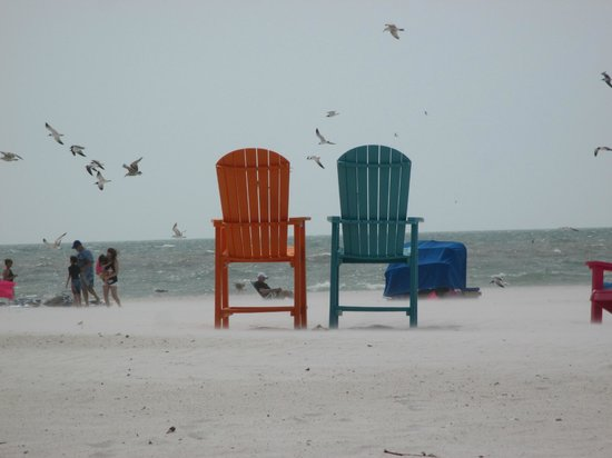 Plaza Beach Hotel - Beachfront Resort : Chairs for guests