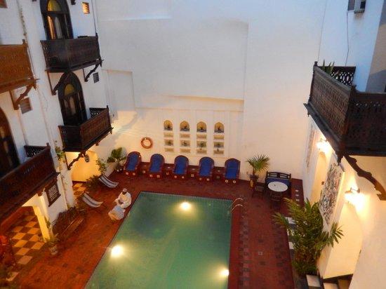 Dhow Palace Hotel: Beautiful courtyard/pool area