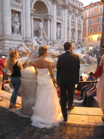 Trevi Luxury Rooms: Trevi at dusk