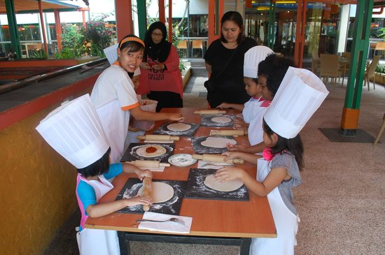 HARRIS Resort Batam Waterfront: Pizza Making Area
