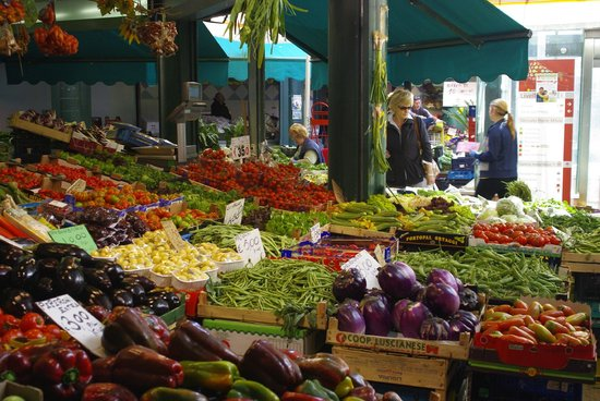 Flavor of Italy Cooking School : Shopping at the market in Rome for the meal's materials