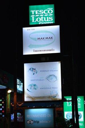 Mak Mak Family Restaurant: Skilt fra vejen