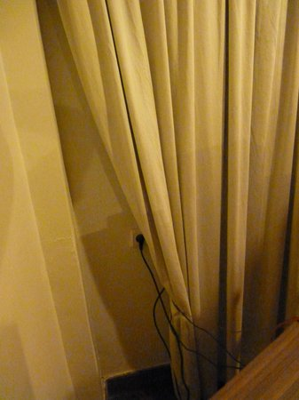 Novotel Solo: Badly hung curtains