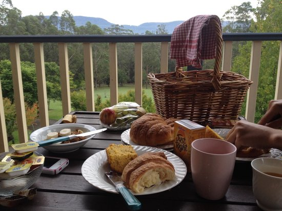 Wombatalla Guesthouse: Breakfast provided by our hosts and wonderful view