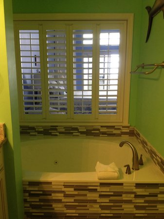 TOPS'L Beach & Racquet Resort : Jetted tub and view in spa bathroom