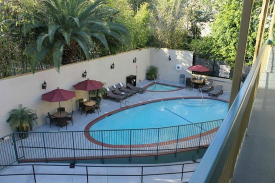 Best Western Hollywood Plaza Inn: Overhead view of pool in back