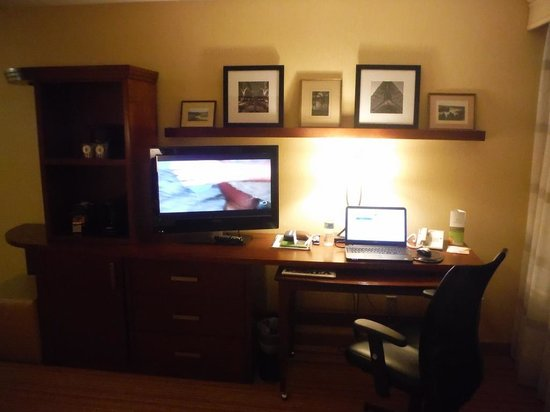 Courtyard by Marriott Ottawa Downtown: Beautiful and functional wall unit
