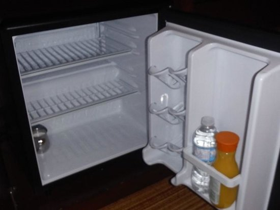 Courtyard by Marriott Ottawa Downtown: Cold bar fridge