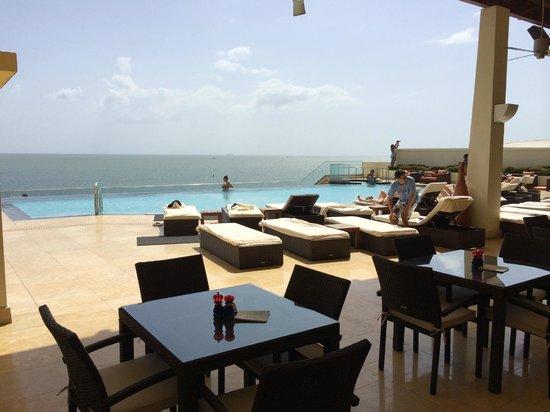 Hyatt Regency Trinidad : Beautiful pool and pool bar overlooking ocean