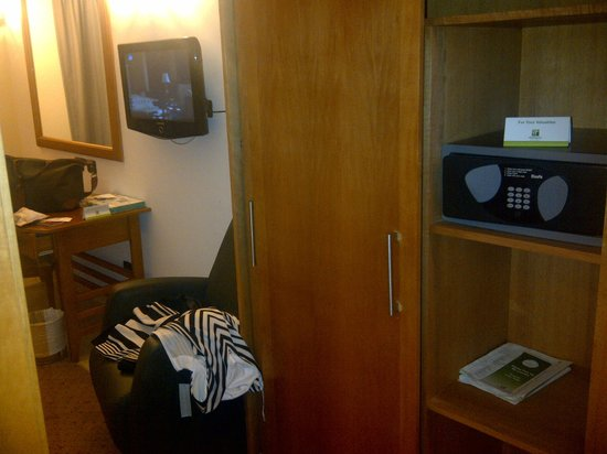 Holiday Inn Accra Airport : Safe in the room, flat TV