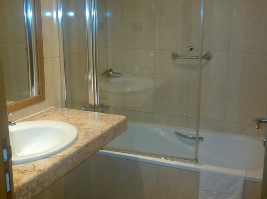 Holiday Inn Accra Airport: The bathroom was nicer than the bedroom