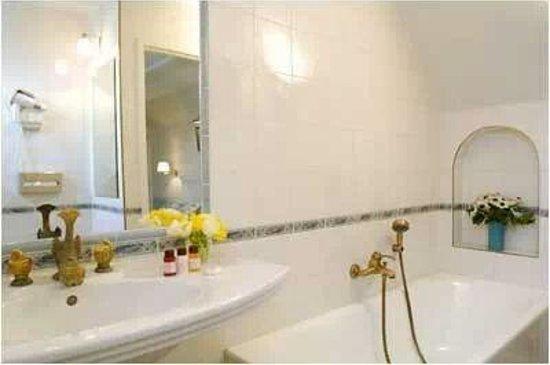 Hotel Residence Foch : The bathroom
