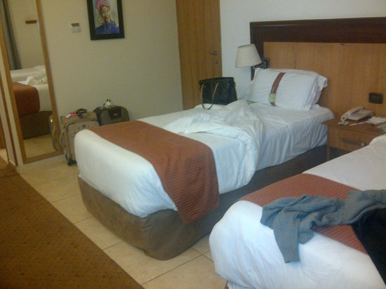 Holiday Inn Accra Airport : Look at that carpet again. They need to throw it away.