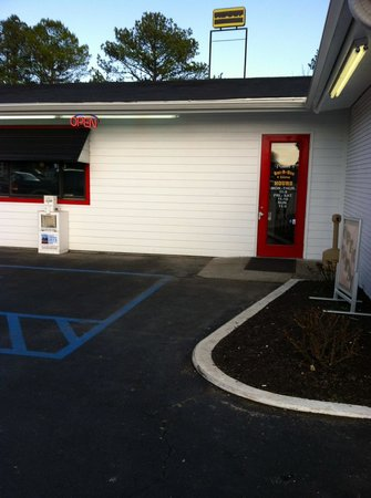 Praters BBQ Manchester : Handicapped Parking in front-no steps