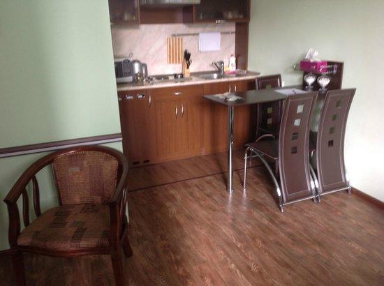 Hin Yerevantsi Hotel: Cozinha e área para se tomar café no quarto