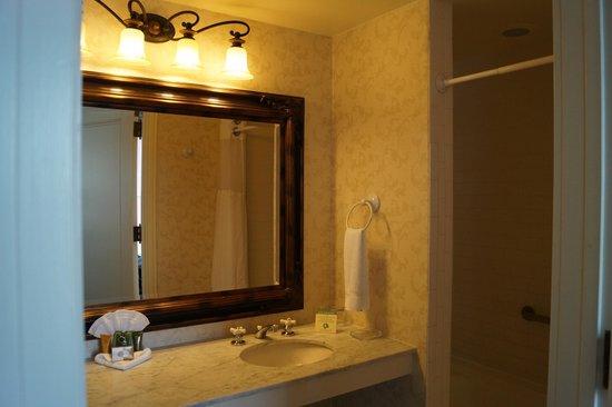Gaslamp Plaza Suites: Bathroom