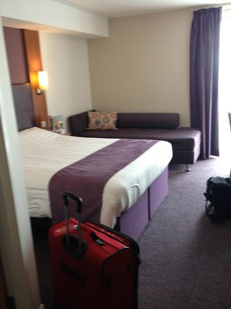 Premier Inn London Stratford Hotel : Nice room with couch that can be made into a bed.