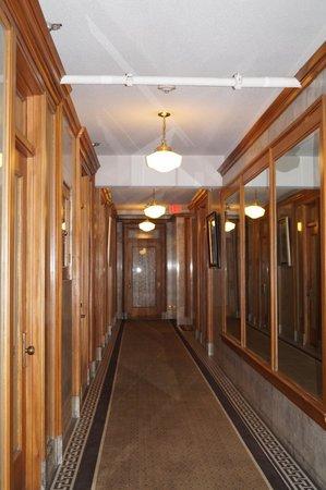 Gaslamp Plaza Suites: Corridor to room
