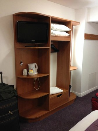 Premier Inn London Stratford Hotel : A view of the tv and amenities area