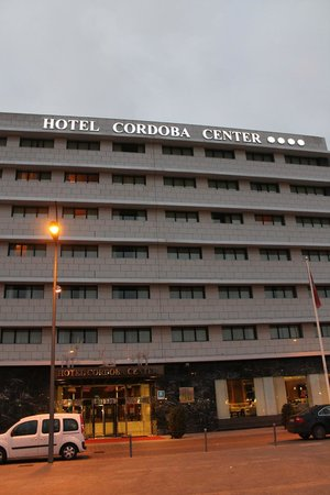 Hotel Córdoba Center: Fachada durante dia