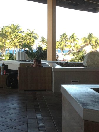 TRYP Cayo Coco: Lobby bar looking out towards pool and ocean