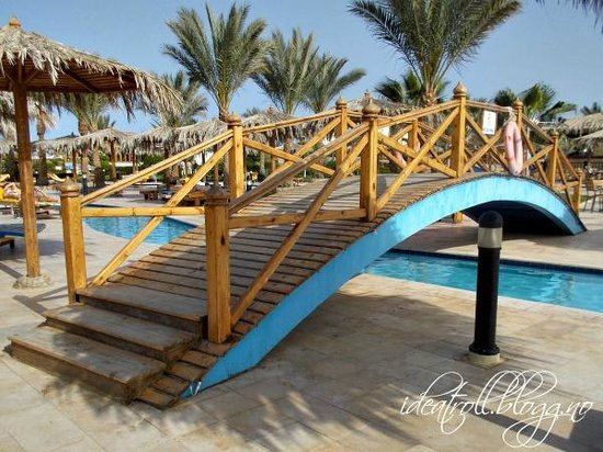 Hilton Hurghada Long Beach Resort: One of the bridges in the pool area